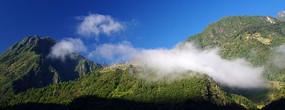 高山云雾中的乡村