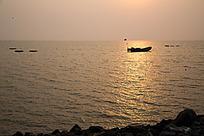 日出时刻金色海面渔船