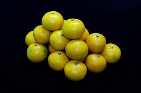 一堆鲜亮的橘子