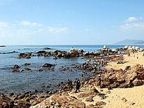 游玩海边的游客图片