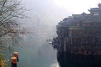 凤凰古城沱江边的游船和吊角楼
