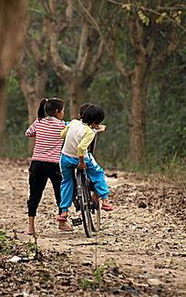 在郊外骑单车的孩子图片