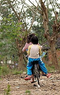 在郊外骑单车的女孩图片