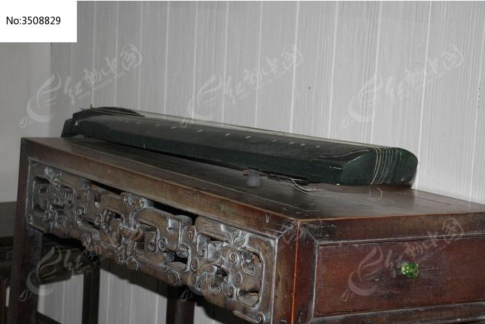 木桌上的古筝图片