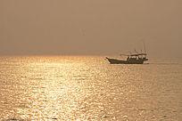 金色海面上渔船
