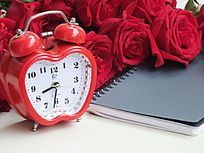 棚拍时钟和玫瑰花朵特写图片