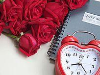 时钟和玫瑰花朵特写图片