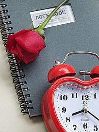 时钟和玫瑰花朵图片