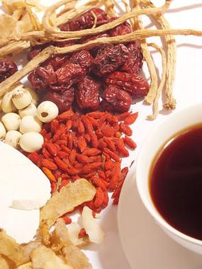 一碗汤药一堆滋补中药材创意图片