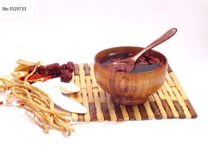 滋补药材和一个木碗汤药图片图片