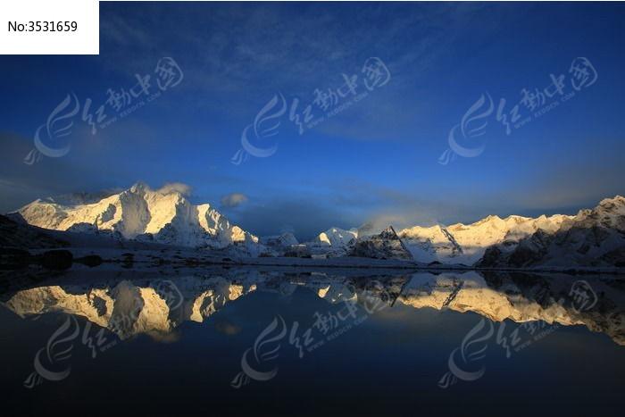 天空、雪山、湖泊融为一体图片