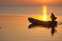 金色阳光照在出海的渔船