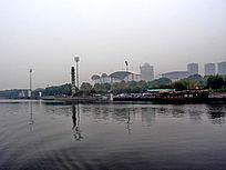 湖面的现代建筑倒影