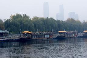 湖水古船和现代建筑交融