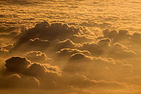 阳光照射下的高空云层