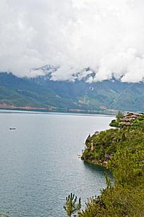 远望泸沽湖的景色风光