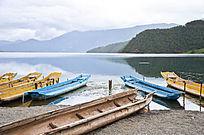 湖边上五颜六色的猪槽船