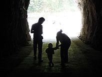 山洞里一家三口的影子