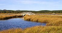 建在草原湖面上的拱桥