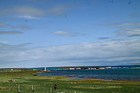 蓝天白云下的湖泊草原