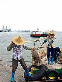 渔港码头的渔民特写图片