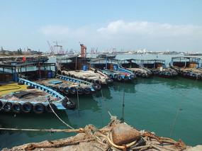停靠在码头的渔船图片