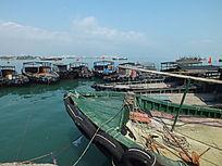 渔业船舶停在码头的图片