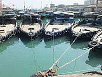 渔业船舶停在鱼港码头的图片