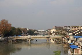 桥梁上远眺乌镇建筑风光
