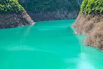 峡谷中的一滩绿水