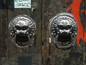 斑驳木门上的狮子辅首