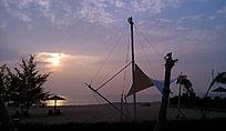 落日的余晖铺满了大海
