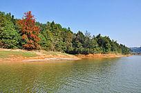 蓝天下清澈的湖水和绿堤