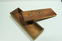 打开的复古木头盒子