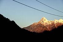 阳光照射下的山峰