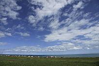 草原上蔚蓝的天空