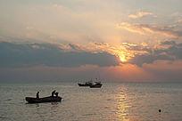 日出时刻海上景色