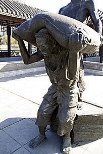 半蹲扛货人物雕塑