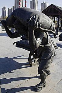 扛麻袋人物雕塑
