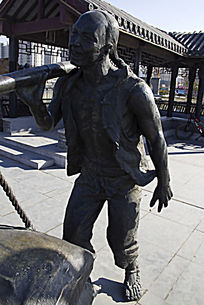 挑担子人物雕塑