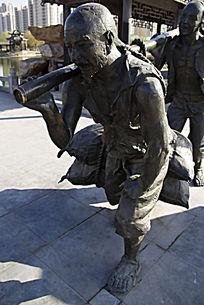 张嘴呐喊扛货物的人雕塑