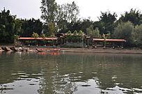 九曲溪岸边的竹筏及建筑