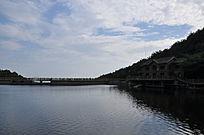 蓝天白云下的水上长桥及建筑
