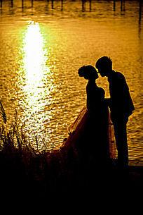夕阳下的情侣