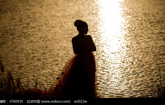 一个水边的女人图片