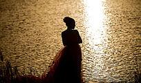 一个水边的女人
