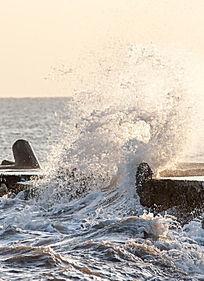 抓拍日出时刻海上的浪花
