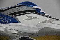蓝白色运动鞋侧面特写