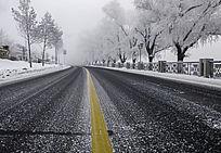 公路分割线和雾凇大道