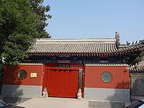 红色大门墙壁六菱形窗户